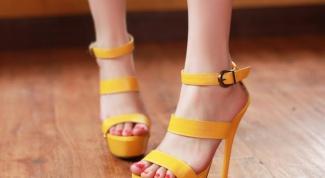 Разноцветное лето: желтые босоножки