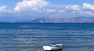 Which seas surround Greece