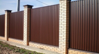 Как установить забор из металлопрофиля
