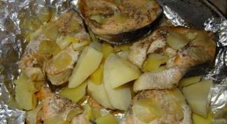 Как приготовить запеченную рыбу с картофелем под фольгой