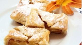 Слойки с персиками и сыром бри