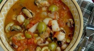 Морепродукты с оливками в томатном соусе
