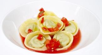 Тортелли с песто из овощей в томатном соке