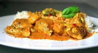 Курица с луком-пореем и сметанным соусом