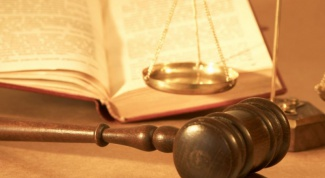 What are the risks of a change of testimony in court