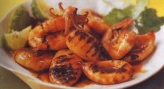 Жареные кальмары с острым соусом