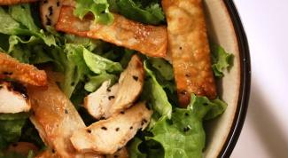 Как приготовить теплый салат с курицей и кунжутом
