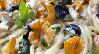 Спагетти с лисичками и оливками