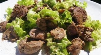 Салат из руколы с куриной печенью