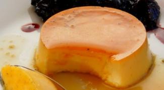 Крем-карамель со сливочным соусом в красном вине