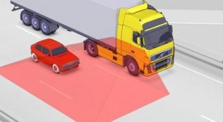 Движение перед грузовиком-длинномером