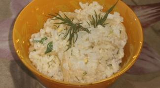 Легкий салат из маринованных кальмаров