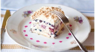Слоеный торт со свежими ягодами