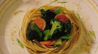Гнезда из макарон под грибным соусом