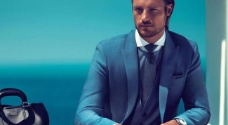 What shirt under his blue suit