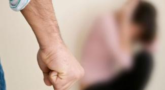 Когда муж может ударить свою жену, это нормально?