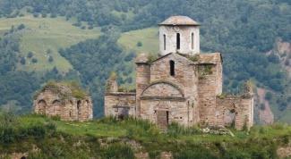 Сколько лет самой древней церкви и где она расположена