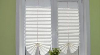How to make blinds out of the Wallpaper with their hands