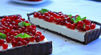 Шоколадный тарт с мятной пана котой и смородиной