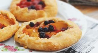 Как испечь творожные галеты с персиками и сливами