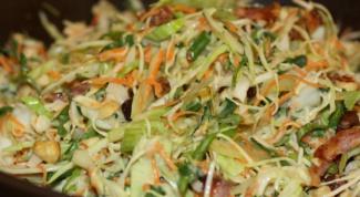Салат из капусты с беконом и орехами