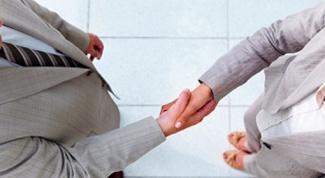 Как правильно должен мужчина здороваться с женщиной при встрече