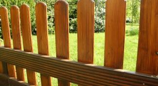 Какими красками нужно красить деревянный забор