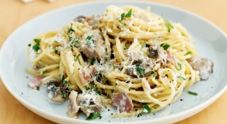 What to cook to spaghetti, chicken, cheese, sour cream and mushrooms