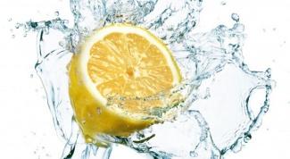 Почему так важно пить лимонную воду по утрам?