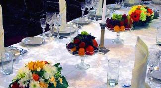 Как оформить цветами праздничный стол