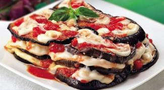 Летнее меню: жареные баклажаны с помидорами и чесноком