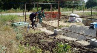 Производим бетонирование столбов для забора