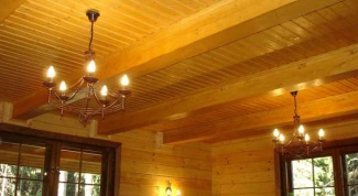 Как отделать потолок в деревянном доме