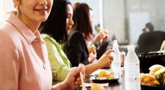 Этично ли обедать за рабочим столом в присутствии коллег