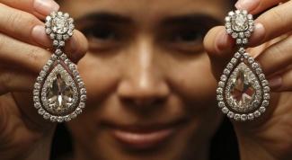 С чем носить золотые серьги с бриллиантами