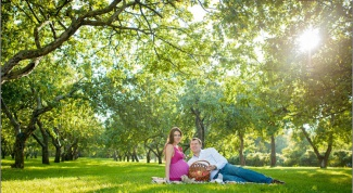 How beautiful to photograph a pregnant woman at the nature