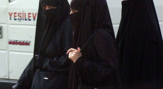 Why the traditional clothing of Arab women black