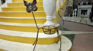 Кованые цветочницы: старинное ремесло украшает быт