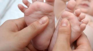 Что делать, если годовалый ребенок косолапит на одну ногу