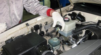 What liquid to pour in power steering