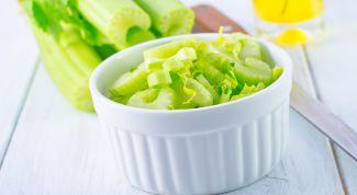 Богатые витаминами блюда: салат из сельдерея