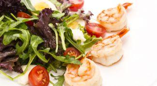 Готовим салат с креветками и томатами
