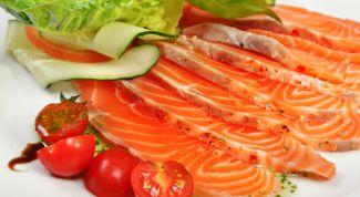 Подаем вкусный салат из красной рыбы