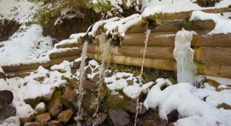 Как появилась традиция набирать на Крещение «святую» воду из водопровода и родников