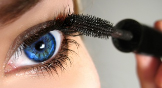 Mascara: safe cosmetics with their hands