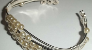 How to make a bracelet out of beads and wire with their hands