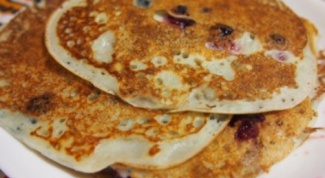How to cook a delicious oat pancakes with apples and blueberries