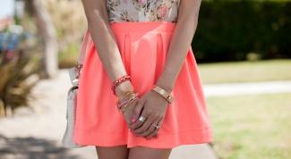 С чем носить коралловую юбку