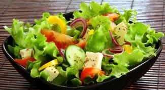 Бюджетный фитнес-салат с сельдереем и семечками