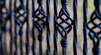 Как покрасить металлический забор